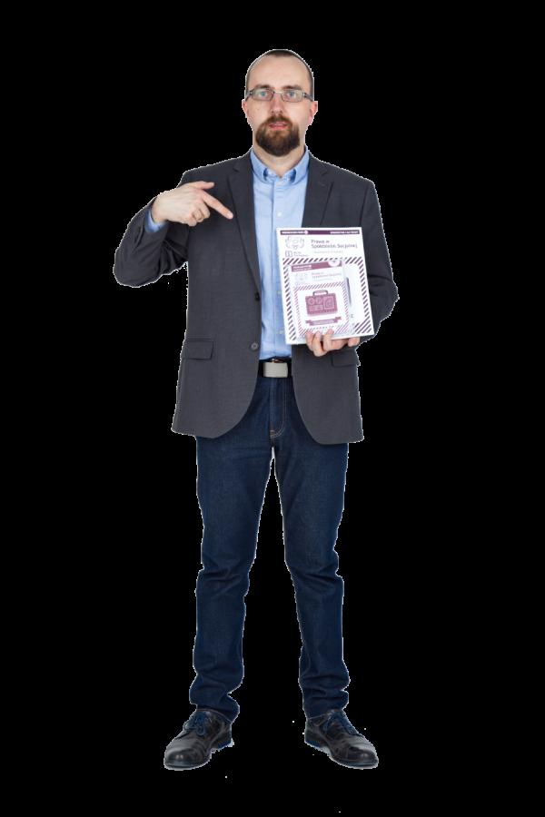 Waldek Żbik trzyma pakiet Prawo w spółdzielni socjalnej. Niezbędnik praktyka